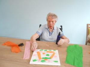 Atelier créatif avec des toiles et du papier crépon